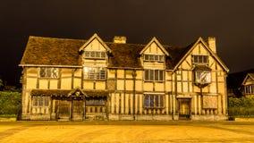 Shakespeare-Geburtsort-Fassade bis zum Nacht stockfoto