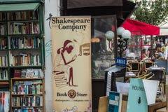 Shakespeare och det Företag bokhandelbanret hänger framme av upptaget Arkivbilder
