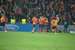 Shakhtar footballers firar görat poäng mål mot Borussia Dortmund Arkivbild