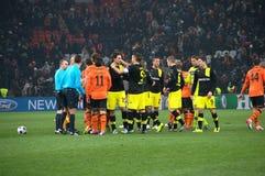 Shakhtar footballers och Borussia Dortmund på avsluta av matchen Arkivbilder
