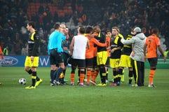 Shakhtar footballers och Borussia Dortmund på avsluta av matchen Royaltyfri Bild