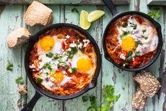 Shakshouka, Fried Eggs in der Tomatensauce Stockbilder