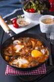 Shakshuka,在西红柿酱的煎蛋复活节早午餐的 免版税库存图片