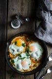 Shakshuka, взбитые яйца в зажаренном в духовке томатном соусе стоковые изображения rf