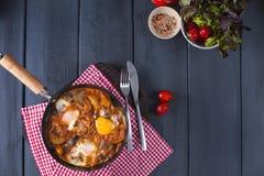 Shakshuka, яичницы в томатном соусе для завтрак-обеда пасхи Плоское положение Взгляд сверху стоковая фотография