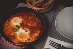 Shakshuka del desayuno de huevos fritos con el tomate Imagenes de archivo