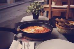 Shakshuka del desayuno de huevos fritos con el tomate Fotografía de archivo libre de regalías