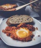 Shakshuka del desayuno de huevos fritos con el tomate Fotos de archivo