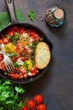 Shakshuka est un petit d?jeuner traditionnel de cuisine isra?lienne Oeufs franc image stock