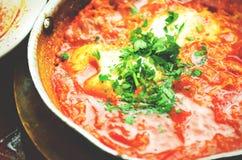 Shakshuka Tradycyjny żydowski jedzenie i bliskowschodni kuchnia przepis Smażący jajka, pomidory, dzwonkowy pieprz i pietruszka w  Zdjęcie Royalty Free