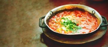 Shakshuka Tradycyjny żydowski jedzenie i bliskowschodni kuchnia przepis Smażący jajka, pomidory, dzwonkowy pieprz i pietruszka w  Zdjęcia Stock