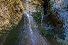 Shakuranskiy vattenfall i grön tropisk buxbomskog i Abchazien Arkivfoto