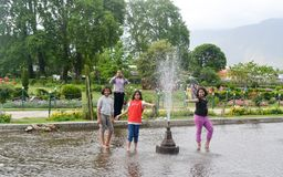 Shalimar Bagh, Mughal ogród, Styczeń 10 2019: Dzieciaki enjoing Wodnego przedstawienie fotografia stock
