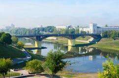 Shallowing van Westelijk Dvina-rivierbed toe te schrijven aan de droge zomer, Vitebsk stock foto