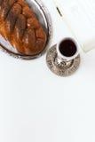 Shalom de Shabbat, jalá con el kiddush del vino en un fondo blanco No aislado, espacio de la copia, proceso del autor Foto de archivo libre de regalías