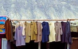 Shalwar Kamez垂悬裁缝商店外的,基尔吉特,巴基斯坦 免版税库存照片