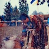 Shaman en un fuego Imagen de archivo libre de regalías