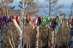 Shamanicboom met smalle stroken van gekleurde kwestie, Listvyanka, Meer Baikal Royalty-vrije Stock Foto