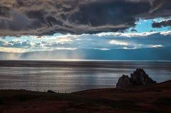 Shamanka klippa och väder på Baikal arkivbilder