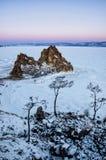 Shamanka skała w zimie przy wschodem słońca Olkhon wyspa, Baikal jezioro, Syberia, Rosja zdjęcia royalty free
