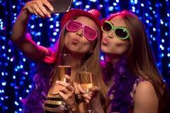 戴shampagne眼镜的双方女孩  免版税库存照片