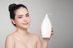 shampoo Glad för advertizingomsorg för ung kvinna produkt arkivfoto