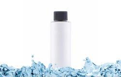 Shampoo mit befeuchtendem Effekt in der weißen Flasche mit Kopienraum im Wasserspritzen Stockbild