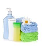 Shampoo- und Gelflaschen mit Tüchern und Blume Stockbild