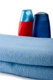 Shampoo zwei hinter blauem Tuch Lizenzfreie Stockbilder