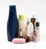 Shampooflessen en lipstik Stock Fotografie