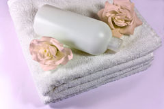 Shampooing, rose et essuie-main Images libres de droits