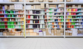 Shampoos und Produkte der persönlichen Sorgfalt im Speicher Lizenzfreies Stockbild