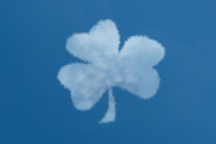Shamrock-geformte Wolke in einem blauen Himmel Lizenzfreies Stockbild