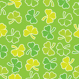 Shamrock lässt nahtloses Muster auf grünem Hintergrund passend für St. Patrick Day u. x27; s-Schrottpapier Stockbild