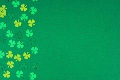 Shamrocks дня St Patricks встают на сторону граница над зеленой предпосылкой Стоковое фото RF