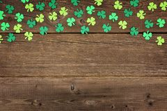 Shamrocks дня St Patricks покрывают граница над деревенской древесиной Стоковые Фотографии RF