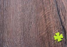 Shamrocks на древесине Стоковое Фото