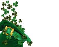 Shamrocks do dia do St Patrick no chapéu Fotografia de Stock
