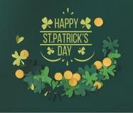 Shamrocks i monety z szczęśliwym st patricks dnia literowaniem obraz stock