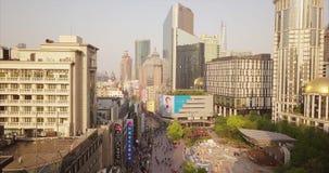 Shangai, China - circa febrero de 2018: muchedumbres de calle de las compras de la gente que camina almacen de video