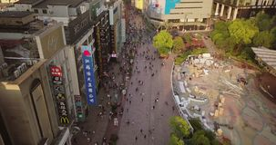 Shangai, China - circa febrero de 2018: muchedumbres de calle de las compras de la gente que camina metrajes