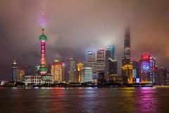 Shangai, China - circa septiembre de 2015: Horizonte de Shangai en nubes por noche Foto de archivo libre de regalías