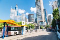Shangai, China - 8 de agosto de 2016: Edificios y parada de autobús modernos foto de archivo libre de regalías