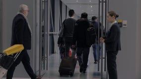 Shangai, China - 28 de enero de 2019: Backview de los pasajeros que suben en un avi?n, gente que camina a trav?s del puente del j almacen de metraje de vídeo