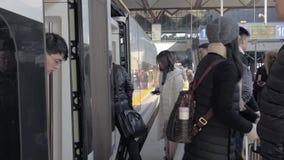 Shangai, China 20 de enero de 2019: Pasajeros que entran en y que salen el tren de bala de alta velocidad en el ferrocarril de Sh metrajes