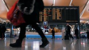 Shangai, China - 22 de febrero de 2019: Pasillo de la salida del aeropuerto internacional de Pudong, tablero del calendario con v almacen de video