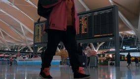 Shangai, China - 22 de febrero de 2019: Pasillo de la salida del aeropuerto internacional de Pudong, tablero del calendario con v metrajes