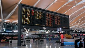 Shangai, China - 22 de febrero de 2019: Pasillo de la salida del aeropuerto internacional de Pudong, tablero del calendario con v almacen de metraje de vídeo