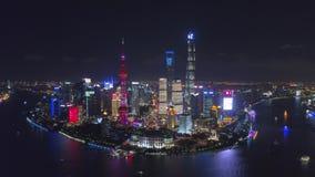 SHANGAI, CHINA - 5 de mayo de 2017 el vídeo aéreo del abejón, noche iluminó el paisaje urbano famoso de Pudong almacen de video
