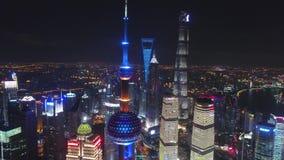 SHANGAI, CHINA - 5 de mayo de 2017 el vídeo aéreo del abejón, noche iluminó el paisaje urbano famoso de Pudong almacen de metraje de vídeo